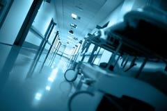 Chariot d'hôpital vide dans un long couloir Photographie stock