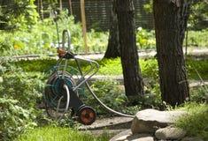 Chariot d'irrigation dans le jardin photographie stock