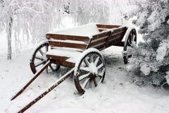 Chariot dans la neige. image stock