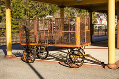 Chariot de bagage en métal de vintage à la vieille gare Photo stock
