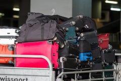 chariot de bagage sur la piste de l'aéroport Macédoine par jour pluvieux Photos stock