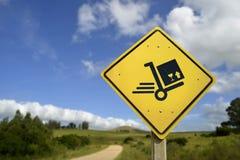 Chariot de boîte de la livraison de concept d'expédition sur le panneau routier Photographie stock libre de droits