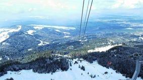 Chariot de câble de montagne couvert par neige Image libre de droits
