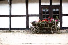 Chariot de cheval de fleur à la vieille maison Photos stock
