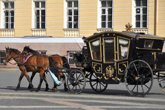 Chariot de cheval, grand dos de palais, St Petersburg Photographie stock libre de droits