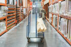 chariot de construction dans le magasin de bâtiment Chariots chargés avec des conseils boutique des matériaux de construction Sup photo stock