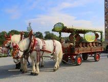 chariot de fête de cheval avec des barils de vin Image stock