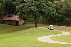 Chariot de golf dans le terrain de golf Images stock