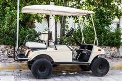 Chariot de golf dans une ville tropicale de plage images libres de droits