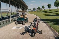 Chariot de golf et clubs de golf dans le sac sur le passage couvert Images libres de droits