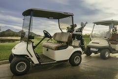 Chariot de golf sur le 18ème trou du cours de station de vacances Photo stock