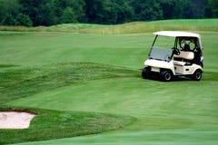 Chariot de golf sur le terrain de golf Images libres de droits