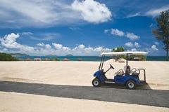 Chariot de golf sur une plage photographie stock