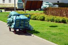 Chariot de jardin avec une pile de paillis mis en sac au moment d'arrière-cour photographie stock libre de droits