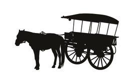 Chariot de pays de style ancien avec un cheval en silhouette de harnais Photographie stock libre de droits