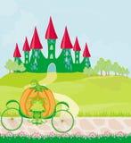 Chariot de potiron se tenant devant un château de conte de fées Images stock