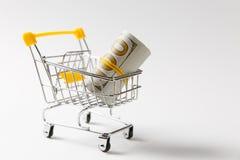 Chariot de poussée d'épicerie de supermarché pour faire des emplettes avec les éléments jaunes sur la poignée avec le paquet d'ar photo stock