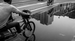 chariot de 3 roues attendant sur la rue humide Image libre de droits