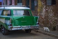 Chariot de station d'Oldtimer au Cuba avec le chat Photo stock