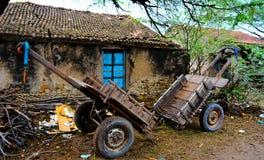 Chariot deux avec le vieux petit bâtiment indien Photos stock