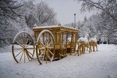 Chariot doré dessiné par quatre chevaux photos libres de droits