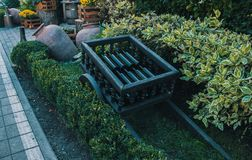 Chariot en bois avec des bouteilles de vin à l'entrée au restaurant images stock