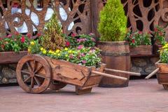 Chariot en bois avec des fleurs Photographie stock