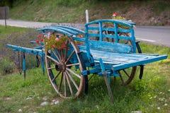 Chariot en bois décoratif bleu Images libres de droits