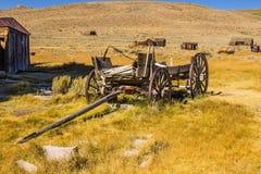 Chariot en bois de vintage abandonné dans le haut désert Photo stock