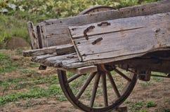 Chariot en bois superficiel par les agents avec les roues en bois de Spoked Image libre de droits