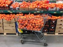 Chariot et étagère de supermarché complètement des oranges Photos libres de droits