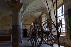 Chariot et fenêtre dans le vieux bâtiment de Citeauxe Photographie stock libre de droits