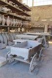 Chariot et marchandises trouvés pendant les excavations à Pompeii image libre de droits