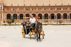 Chariot hippomobile en Plaza de Espana en Séville, Andalousie Photographie stock libre de droits