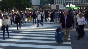 chariot 4K mobile d'intersection Tokyo de Shibuya de passage pour piétons de foule clips vidéos