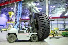 Chariot élévateur avec le pneu géant de taille Photographie stock