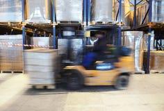 Chariot élévateur dans le mouvement à l'entrepôt Photos stock