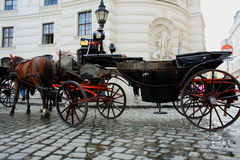 chariot motivé par le cheval au palais de Hofburg, Vienne, Autriche photographie stock