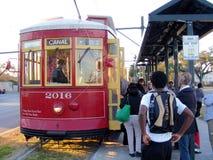 Chariot-passager électrique montant à bord du tramway électrique à la Nouvelle-Orléans Images libres de droits