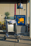 Chariot pour le bagage à l'aéroport photographie stock