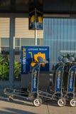 Chariot pour le bagage à l'aéroport Photographie stock libre de droits