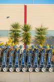 Chariot pour le bagage à l'aéroport photo stock