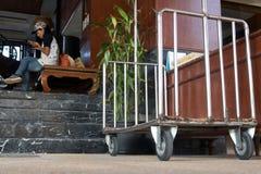 Chariot pour le bagage avant l'hôtel Photo stock