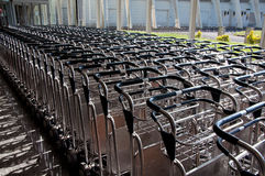 Chariot pour le bagage ou le transport de bagages aux aéroports Photos stock