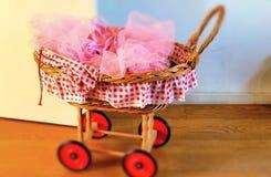 Chariot rose antique mignon de poupée photographie stock libre de droits