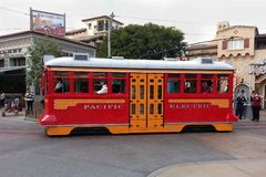 Chariot rouge à voiture en parc d'aventure de la Californie de Disney Images libres de droits
