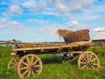 Chariot rural à la ferme, région de Tver, Russie Photos stock