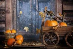 Chariot rustique de potirons de chute Photo libre de droits