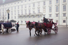 Chariot se débarrassant sur les rues de Vienne Image stock