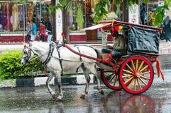 Chariot sur la rue dans Bukittinggi, Indonésie Images stock